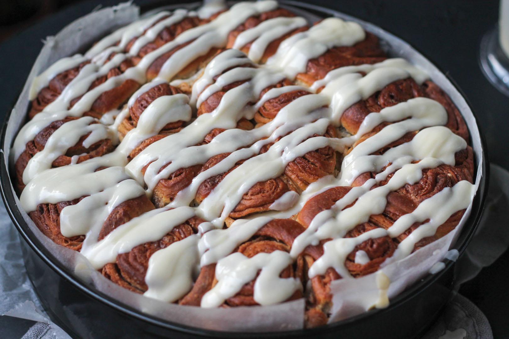 Für das Frosting die Butter in einem Topf schmelzen und den Frischkäse unterrühren. Puder-, und Vanillezucker unter Rühren hinzugeben und wenn die Zimtschnecken noch warm sind, das heiße Frosting gleichmäßig über die Schnecken verteilen. Wer mag, kann sie dann noch mit Nüssen bestreuen.
